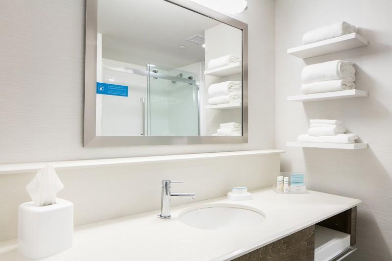 72_2017_HamptonInn_Bathroom03