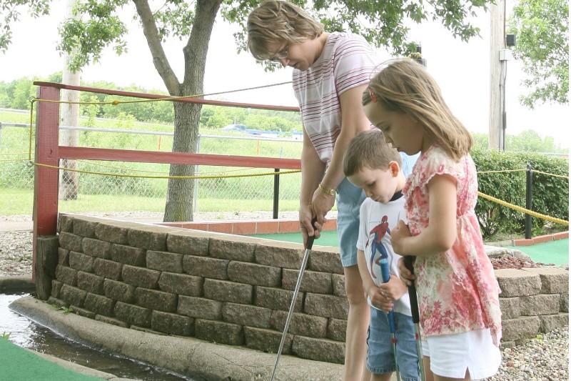 72_2006_MiniGolf_FamilyGolfing01